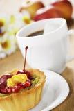 Café chaud et gâteau savoureux Image libre de droits