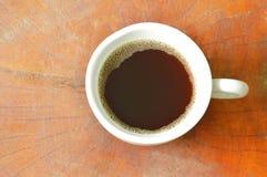 Café chaud noir dans la tasse sur la table en bois photographie stock