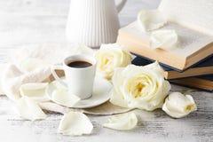 Café chaud potable à chaînes sur un plancher en bois avec de belles roses Image libre de droits