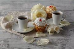 Café chaud potable à chaînes sur un plancher en bois avec de belles roses Image stock