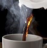 Café chaud se renversant du bac Photographie stock libre de droits