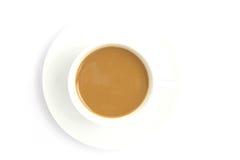 Café chaud sur la cuvette d'isolement à l'arrière-plan blanc. Image stock