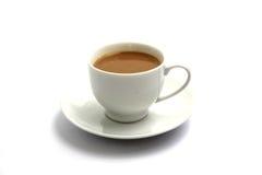 Café chaud sur la cuvette d'isolement à l'arrière-plan blanc. Images stock