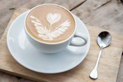 Café chaud sur la table en bois Photos libres de droits