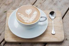 Café chaud sur la table en bois Images libres de droits