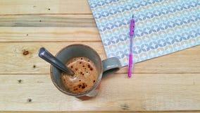 Café chaud sur la texture en bois photographie stock libre de droits