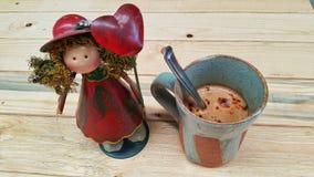 Café chaud sur la texture en bois photos libres de droits