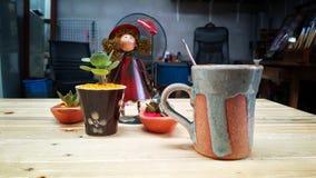 Café chaud sur la texture en bois photos stock