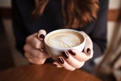 Café chez des mains de la femme Photo libre de droits