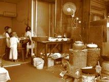 Café chinês na rua, família pobre imagem de stock