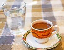 Café chipriota fuerte con agua en un vidrio Foto de archivo