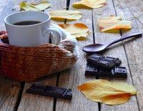 Café, chocolate, hojas de otoño Foto de archivo