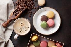 Café, chocolate y macarrones en la tabla de cocina vieja foto de archivo