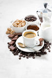 café, chocolates e doces frescos no fundo branco Fotos de Stock