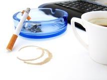 Café, cigarette et clavier image stock