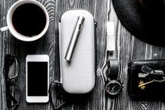 Café, cigarrillo electrónico, backg de madera oscuro de los accesorios para hombre Imagen de archivo