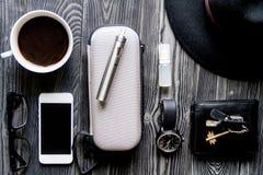 Café, cigarrillo electrónico, opinión superior del fondo de madera oscuro para hombre de los accesorios Fotos de archivo libres de regalías
