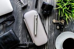 Café, cigarrillo electrónico, opinión superior del fondo de madera oscuro para hombre de los accesorios Fotos de archivo