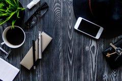 Café, cigarrillo electrónico, opinión superior del fondo de madera oscuro para hombre de los accesorios Imagenes de archivo