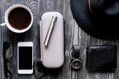 Café, cigarrillo electrónico, opinión superior del fondo de madera oscuro para hombre de los accesorios Foto de archivo libre de regalías