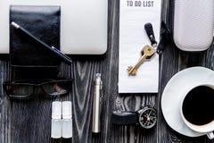 Café, cigarrillo electrónico, opinión superior del fondo de madera oscuro para hombre de los accesorios Imagen de archivo