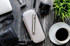 Café, cigarrillo electrónico, opinión superior del fondo de madera oscuro para hombre de los accesorios Foto de archivo