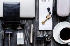 Café, cigarrillo electrónico, opinión superior del fondo de madera oscuro para hombre de los accesorios Fotografía de archivo libre de regalías