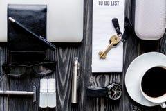 Café, cigarrillo electrónico, opinión superior del fondo de madera oscuro para hombre de los accesorios Imagen de archivo libre de regalías