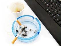 Café, cigarro e teclado Imagem de Stock