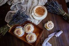 Café, cinnabon e alfazema foto de stock