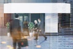 Café cinzento exterior com cinco cartazes, povos Imagem de Stock