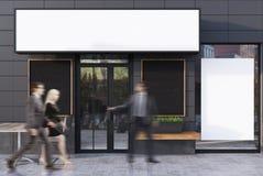 Café cinzento exterior com quatro cartazes, povos Fotografia de Stock