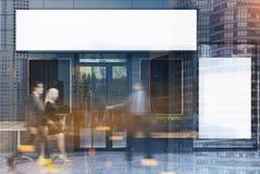 Café cinzento exterior com quatro cartazes, povos tonificados Imagem de Stock