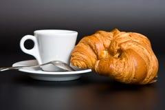 Café, colher e croissant brancos do copo Imagens de Stock Royalty Free