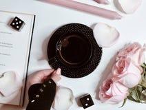 Café, colores en colores pastel, y rosas imagenes de archivo