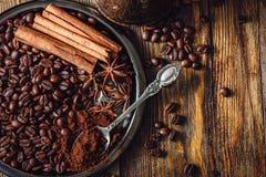 Café com as especiarias na placa imagem de stock
