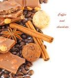 Café com chocolates, grãos de café com cinnamo Imagem de Stock Royalty Free