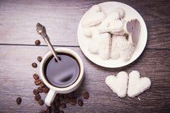 Café com cookies brancas Fotos de Stock Royalty Free