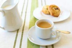 Café com croissant Fotos de Stock Royalty Free