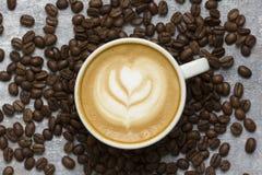Café com detalhe dos feijões de café no fundo da arte Fotos de Stock Royalty Free