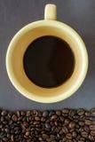 Café com feijões de café Fotos de Stock Royalty Free