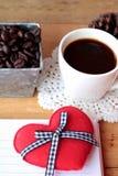 Café com feijões de café e corações vermelhos Foto de Stock Royalty Free