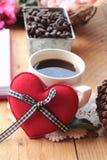 Café com feijões de café e corações vermelhos Fotografia de Stock