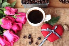 Café com feijões de café e corações vermelhos Fotografia de Stock Royalty Free