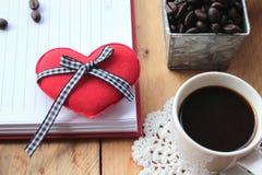 Café com feijões de café e corações vermelhos Foto de Stock