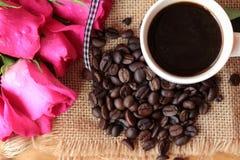 Café com feijões de café e corações vermelhos Imagens de Stock Royalty Free