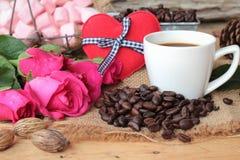 Café com feijões de café e corações vermelhos Imagem de Stock