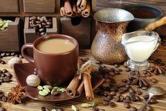 Café com leite e especiarias imagem de stock