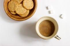 Café com leite em um copo velho, servido com biscoitos e açúcar em um fundo claro imagens de stock royalty free