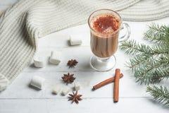 Café com leite, latte, chocolate quente com varas de canela e estrelas do anis com chocolate e o marshmallow brancos, com um Nata imagem de stock